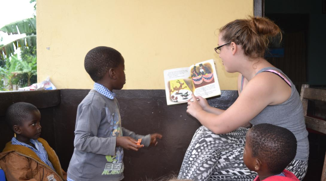Projects Abroad volunteers volunteers to read a book to the children in Ghana